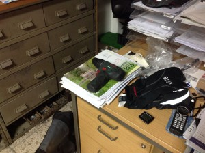 leerer Akku-Locher auf einem kleinen Dokumentenstapel