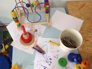 Stifte und Schmierpapier in der Kinderspielecke