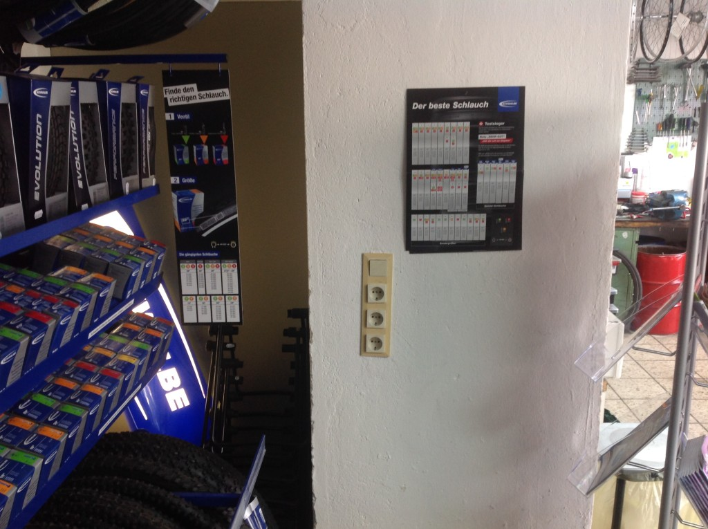 Leere Wand mit Steckdosen und Lichtschalter