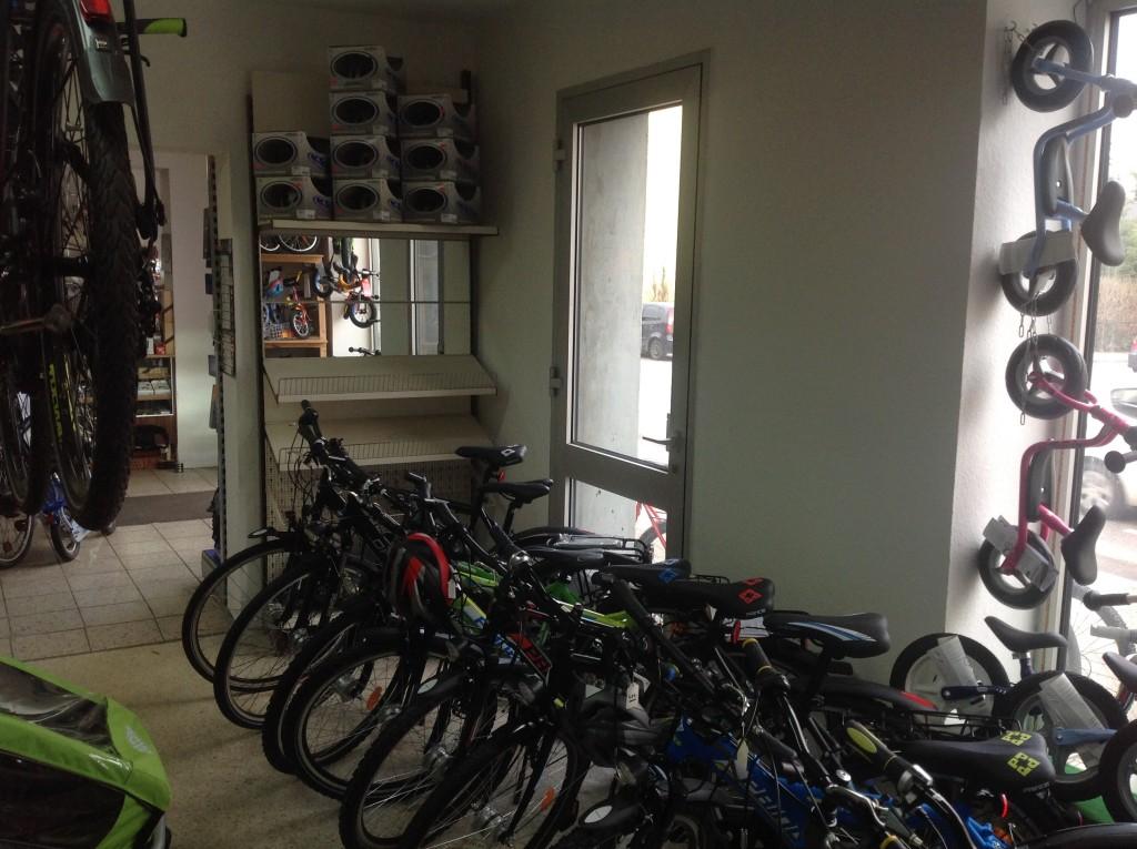 halb geräumtes Helmrestpostenregal bei den Jugendrädern