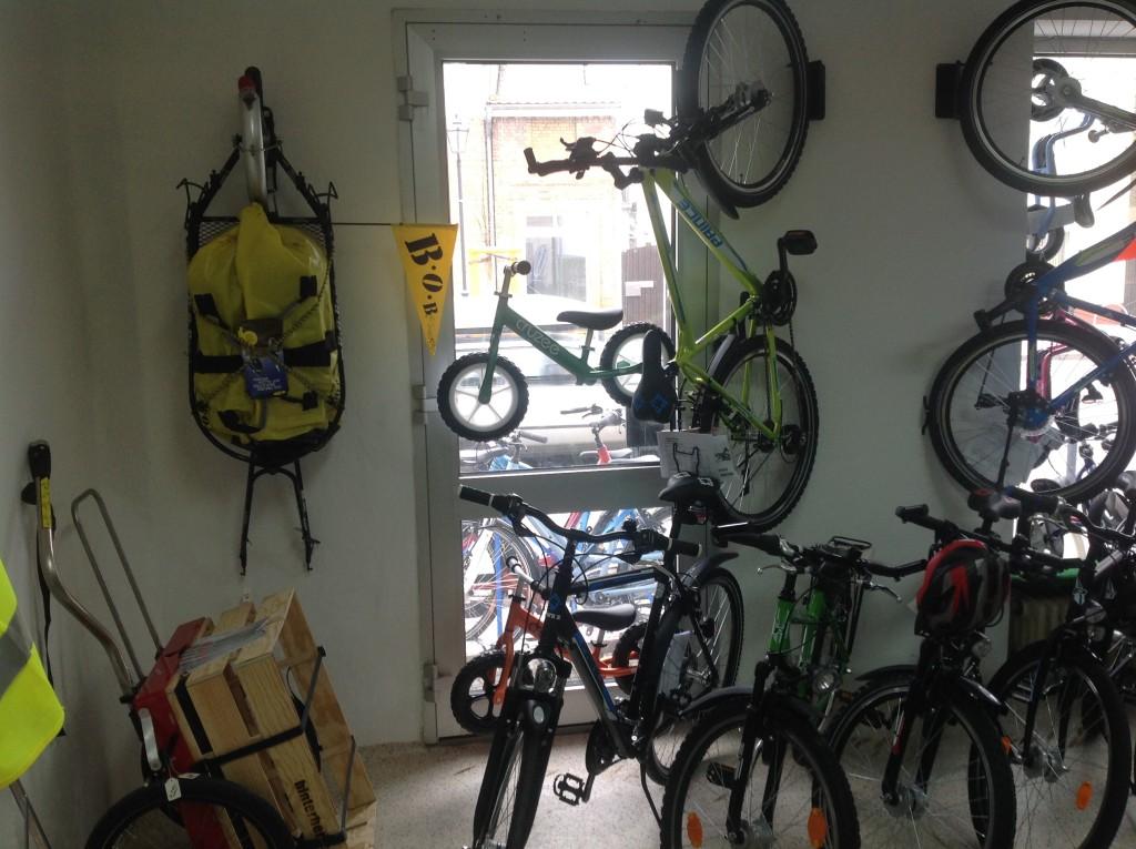 """Zwischen den Anhängern und den Jugendrädern """"schweben"""" übrigens die letztens spontan gekauften superleichten Laufräder"""