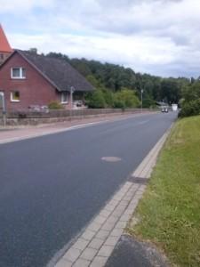 Dorfstraße mit Gefälle