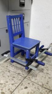 Fast fertig reparierter Stuhl