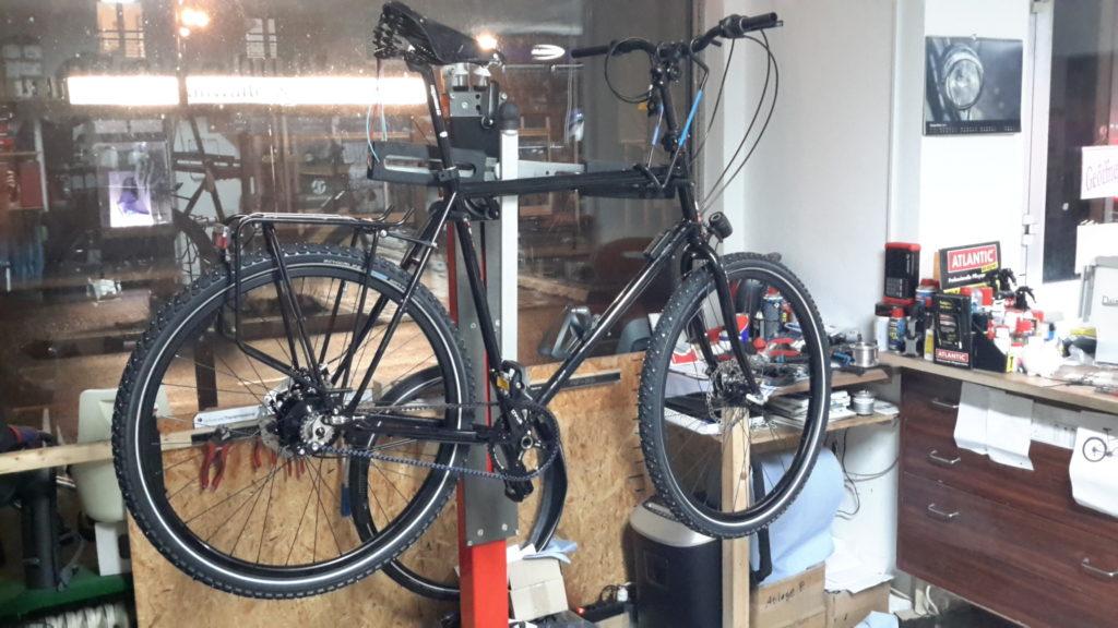 Fahrrad fast komplett aufgebaut. Es fehlen noch Griffe, Schutzbleche und ein paar Kleinigkeiten