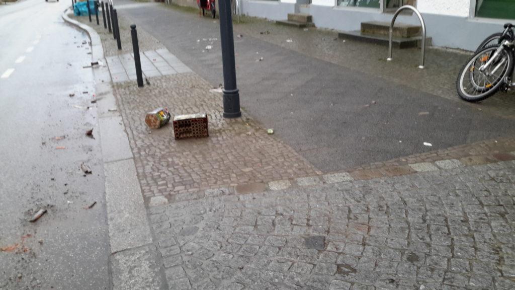 zwei Feuerwerksbatterien und kleinere Feuerwerksreste, sowie zwei Fahrräder vor dem Laden
