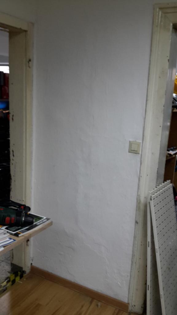 Weiße, ungenutzte Wand im Ausstellungsraum
