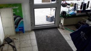 Tür von innen gesehen, Scheibenreste und Holzplatte sind ausgebaut, Werkzeug liegt rum