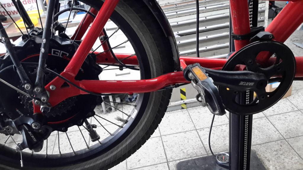 Hinterradpartie des Transportrads, ohne Kette, Motorkabel baumelt rum...